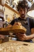 Handwerker-Geigenbauer begann die Arbeit an einer neuen Geige in seiner Werkstatt