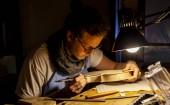 Fotografie Geigenbauer arbeitet in der Werkstatt an einer neuen Geige
