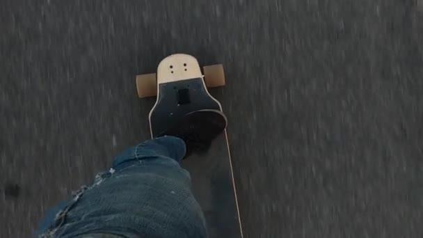 Skateboarding, Skaterfahrten auf Asphalt, Longboard-Top-View Nahaufnahme