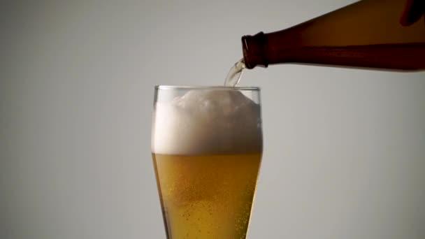 Nalijete pivo do sklenice nahoru