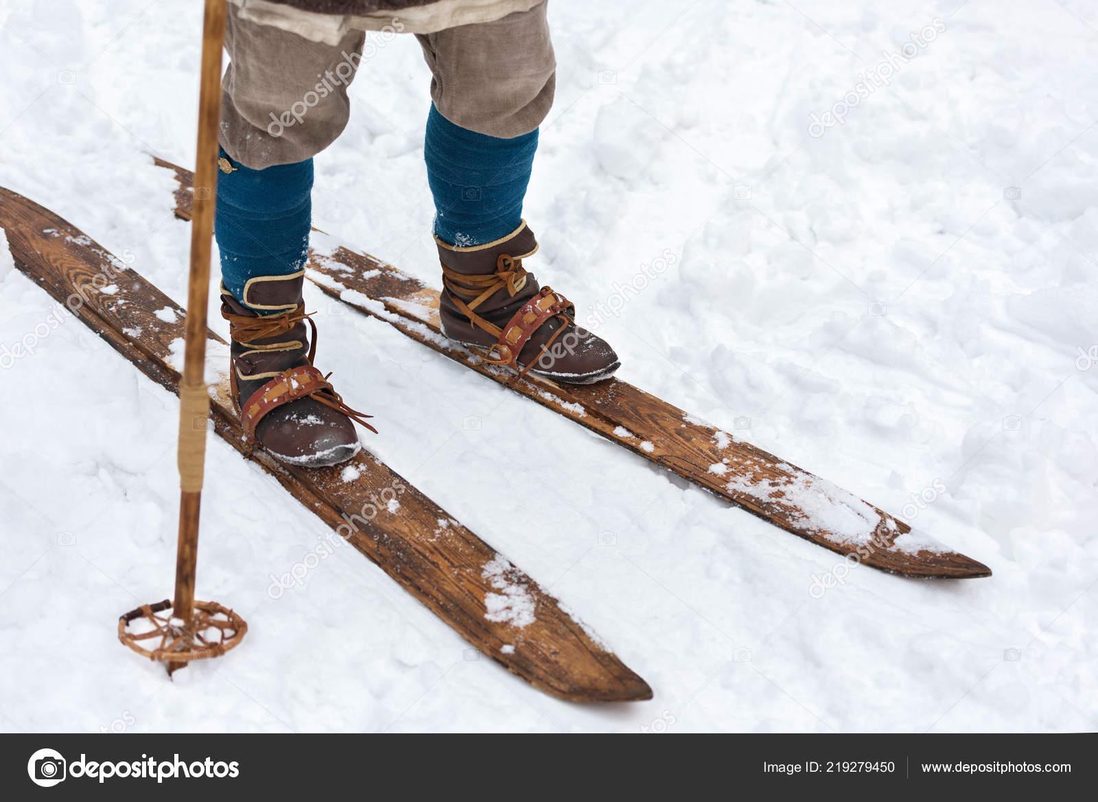 b0b17daff Masculino pés antigos esquiador e esquis vintage. Reconstrução histórica.  Botas de esqui de couro e esquis de madeira — Foto de ...