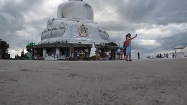 Kráčející k soše velkého Buddhy - socha Maravije Buddhy na kopci Nakkerd, Phuket, Thajsko 20.011.2019