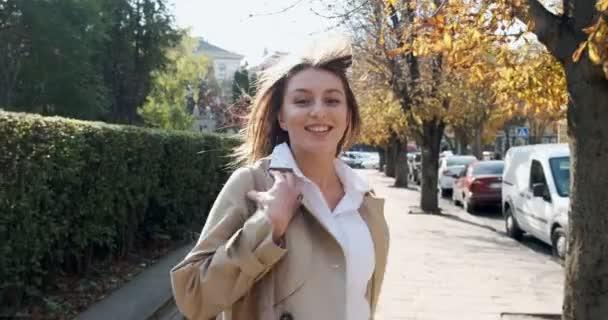 Následujte mě, mladá šťastná usměvavá dívko, která běží a žádá vás, abyste ji následovali. Mladá atraktivní žena běží a usmívá se na slunci