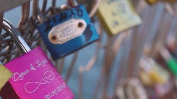 Paříž 4 prosinec 2018: stovky zámků lásky připojené k kovový plot vedle mostu přes Seinu.