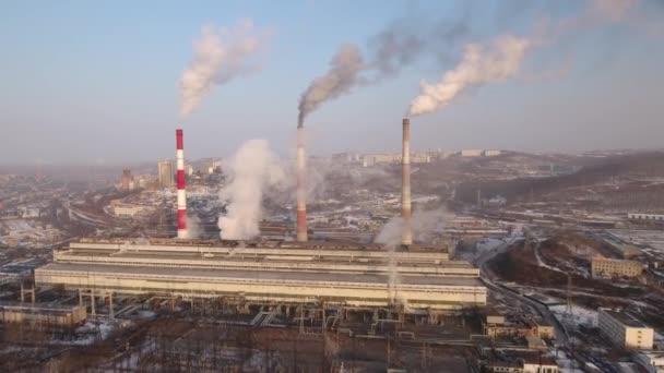 Industrielle Energie Fabrik Wärmekraftwerk Bauindustrie hohe Dampf Rohre Rauch Paare Verschmutzung Schaden Turm. Vladivostok Stadtbild Russland Primorje. Winter Schnee sonnige Luft vorwärts Flug Drohne