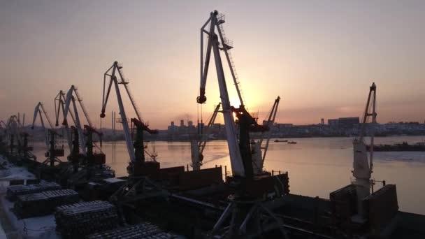 Letecké přístup jeřáby komerční port ocelové Sunset oranžové Golden horn Bay průmyslové klidné malebné nábřeží s tloušťkou podnikání. Městská krajina. Vladivostok Ruska. Turistická památka. Zimní sněhová frozen. DRONY