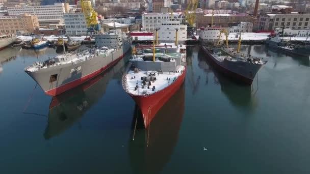 Dron v blízkosti kotviště rybářských lodí lodě ocelové skladovací parkovací sezóny quay. Golden Horn Bay odraz. Obchod produkční podnik výrobní zařízení profese. Stožáru palubě. Vladivostok zimní den sníh