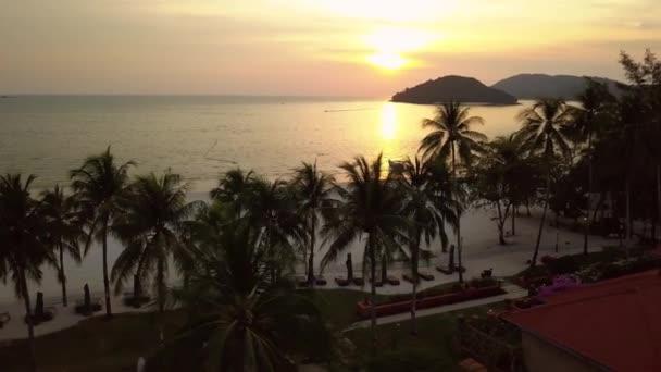 Unikátní oranžový západ slunce tropické exotické pláže bílého písku Palm stromy rekreační oblast hotely území. Ostrovy horizont. Přírodní krajina. Lidé chodí. Cestovní ruch. Langkawi Maledivy. Vzdušné straně drift