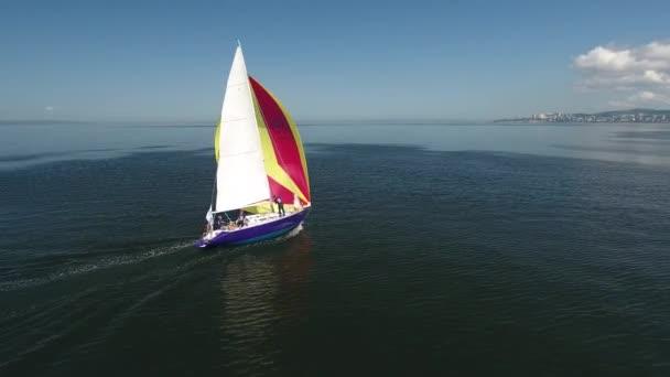 Hajósok sportolók kezelése vitorlás hajó vitorlás hajó hajó jacht világos színű vitorla. Sport Extrém sebesség regatta verseny. Festői tengeri kilátás. Erős szél. Napsütéses nap. Légi Drone oldalán drift