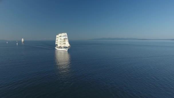 Krásné velké plachetnice plavit námořní flotilu. Staré historické dřevěné lodě nasazena plachty reflexe modré vody. Cestování cruise události. Romantická krajina horizontem. Modrá obloha voda Sunny. Letecká Drone přístup