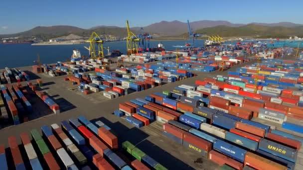 Küsten-Containerterminal Hafen mehrfarbige Frachtcontainer Logistikhandel Export Business Development Ausrüstung Industriestrukturen. Containerisierung der Seeschifffahrt. Russland-Asien. Drohnenflug