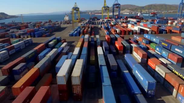 Containerterminal im Seehafen aus der Luft. große Lagerfläche schwere Last. Umschlaglager für Geschäftsgüter. Versand Sortierlogistik Lieferung. Fernost-Russland. Tag des blauen Ozeans