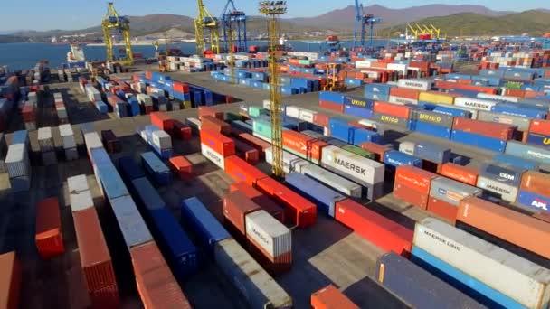 Hubschraubercontainerterminal Hafen Frachtlager. Logistik internationale Schifffahrt Export Import. entwirft Gerätekrane Beruf. asia wladiwostok russland. sonniger Tag. Luftverwehungen