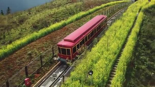 Nízká a následná vlaková červená Doprava. Zábavní turistika ve Vietnamu cestování. Dodávka dopravy. Letecký let