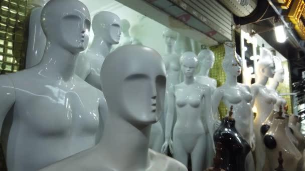 Korszerű műanyag mannequins babák ruha nélkül. Ruha formában bábu a dressmakers élet méretű babák emberi test. Termékértékesítés-kirakat. Közeli gimbal Steadicamnél