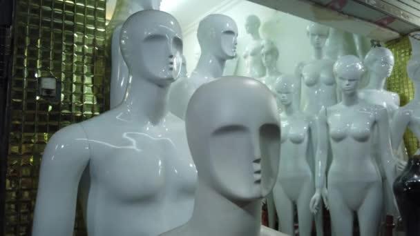 Mystická lůza figurína muži ženy plastové figurky. Okno ateliéru. Moderní módní umění. Opuštěná nahá panenka. Rozdíly mezi pohlavími. Výroba průmyslu. uzavření Gimbal Steadicam