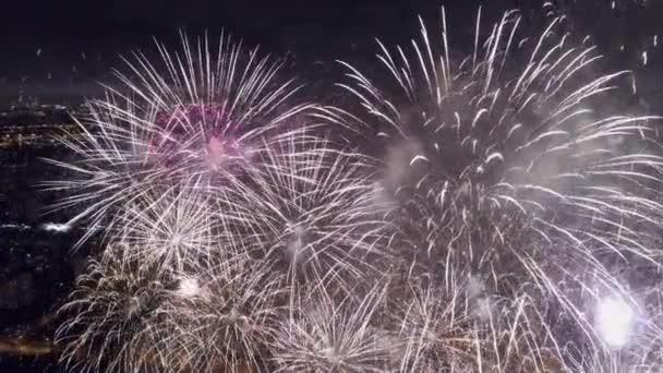 Ein einzigartiges Höhenfeuerwerk schließt sich über dem grandiosen Himmel an. viele Salven großes goldenes Feuer hellen Funken. riesige pyrotechnische Russland moskau. Weihnachtsfeiertag Festival Neujahr. Glück cineastische 4k