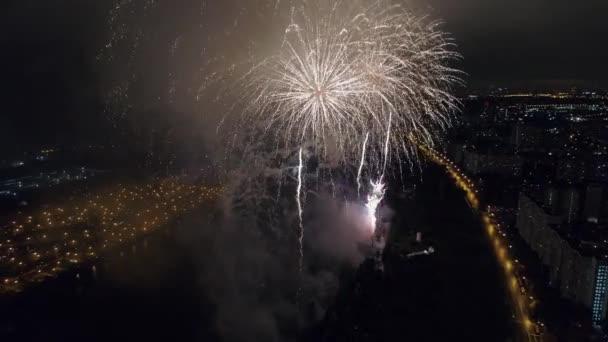 Aerial Inside velký barevný ohňostroj show festival pozdrav v Moskvě Rusko oslavy. Zářící pestrobarevný a jiskřivý ohňostroj na obloze do Silvestra. Oslava radost radost radost štěstí