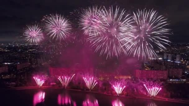 Skvělý ohňostroj. Krásná jedinečná noc slaví mnoho pozdravů jasné jiskry světla létat široký rozptyl poloměr rozptylu přes řeku odraz. Dovolená v Rusku. Přiblížení vrtulníkem 4k