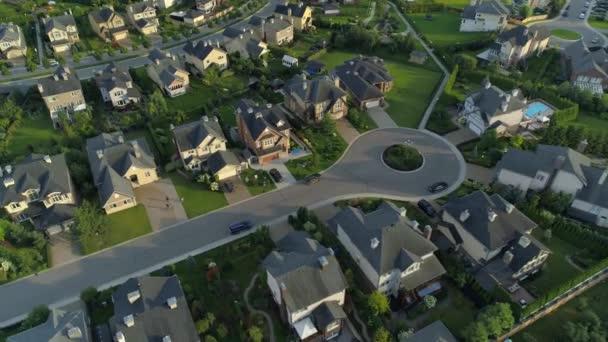 Cinematic repülés felett üdülőfalu külvárosi külvárosi modern lakópark komplex terület tulajdonosi. Klubházak városszéli gazdag elit kerület egyéni szerző projekt építészet Európa
