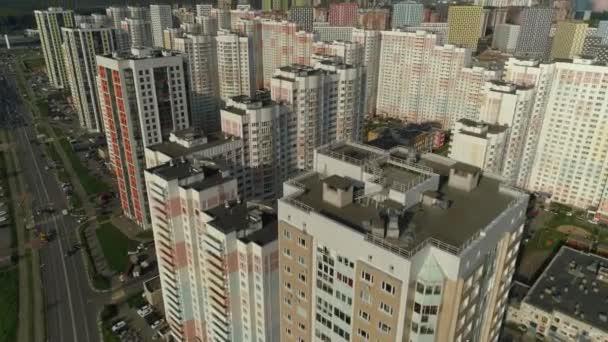 Drone előre modern alvóhely külvárosában apartman épületek lakásavató. Különböző házak architektúra szabványos kényelmes infrastruktúra. Fejlesztés, városfejlesztés. Napfényes kék ég
