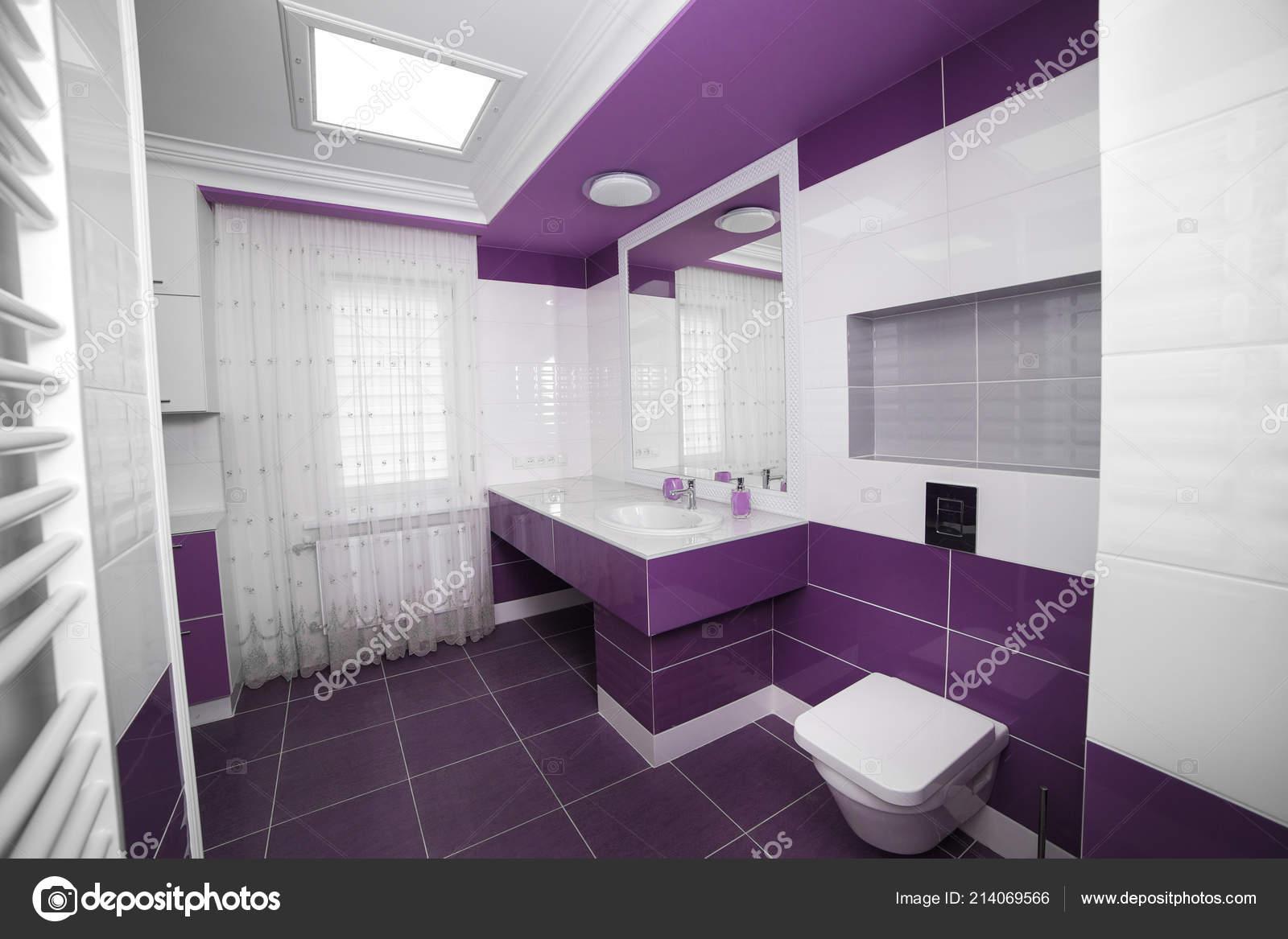 Interno Bagno Moderno Con Pannello Mosaico Vasca Bagno Bianca Contro ...