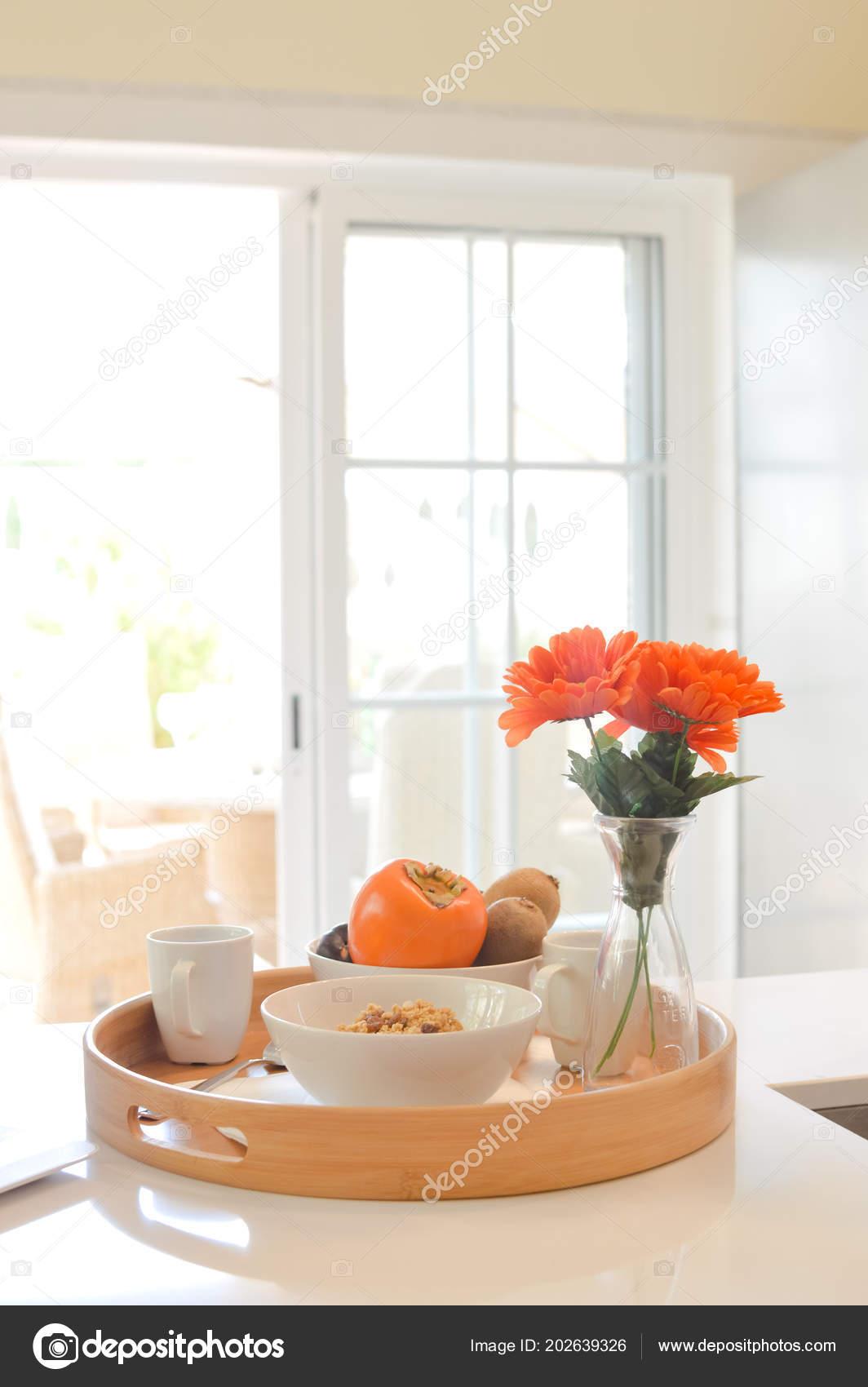 Gesundes Frühstück Mit Tee Oder Kaffee Auf Swimming Pool ...