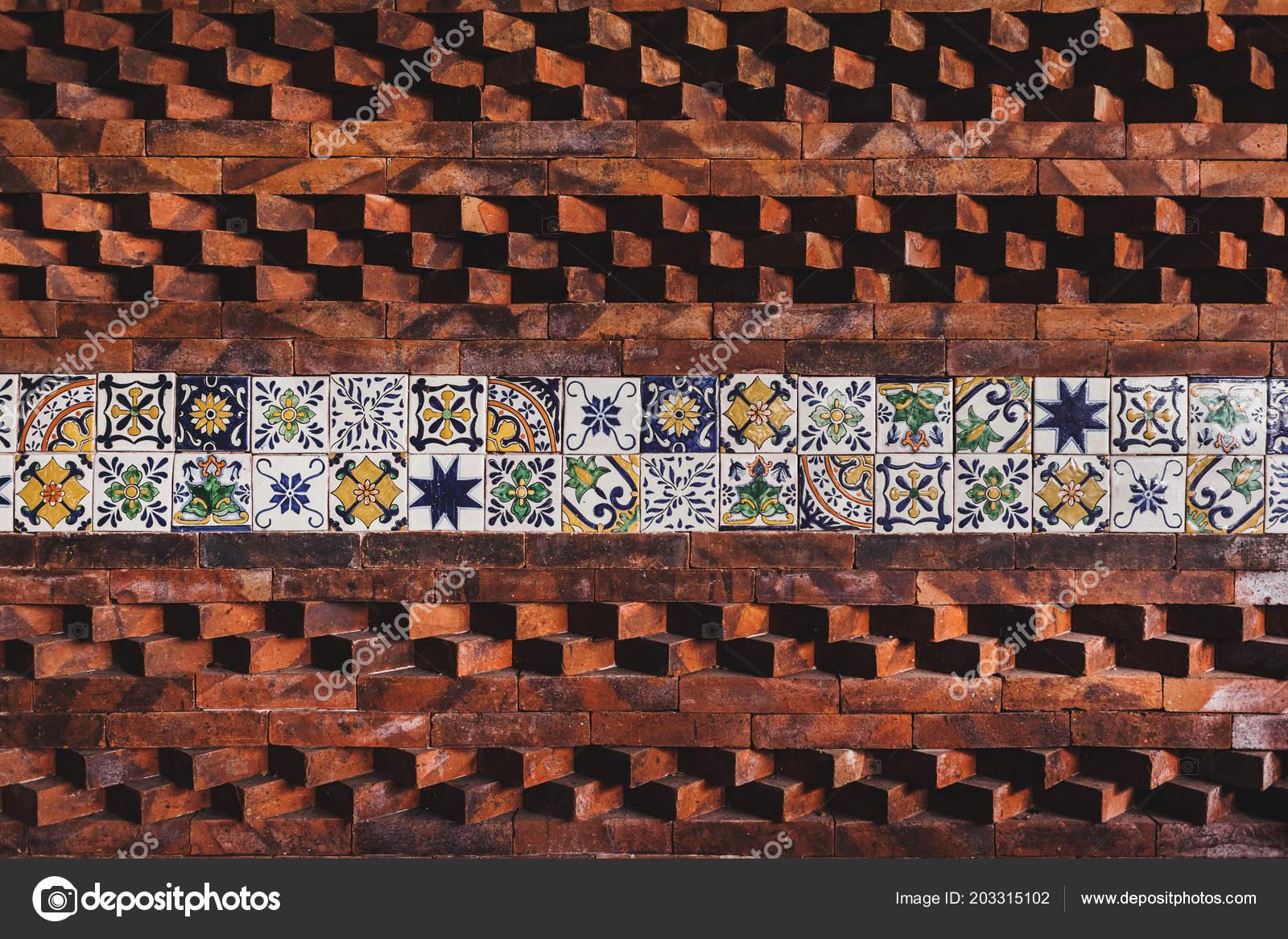Parete con composizione piastrelle mattoni ornamento orientale