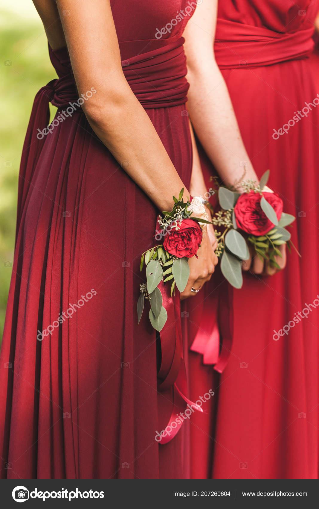 Las Damas Honor Vestidos Rojos Con Pulseras Con Flores