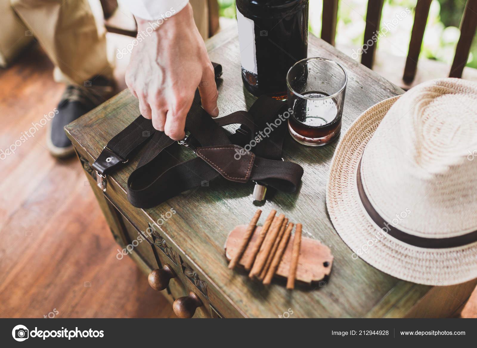 trova il prezzo più basso negozio online codici promozionali Set Maschi Con Sigari Whisky Cappello Bretelle Sulla Tavola ...