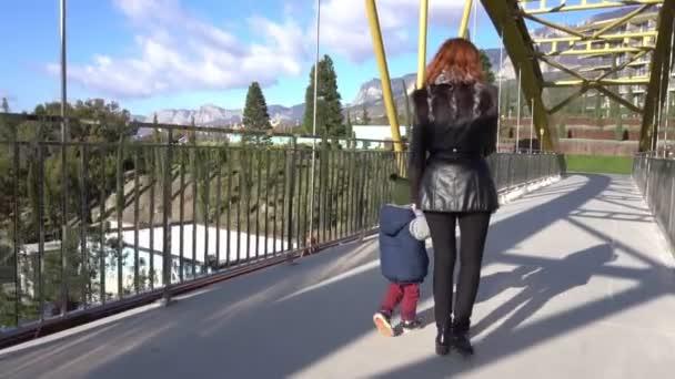 Máma a malý syn jít přes most