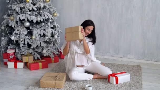 Regali Di Natale Alla Mamma.Mamma Incinta All Albero Di Natale Alla Ricerca Di Regali Di Natale