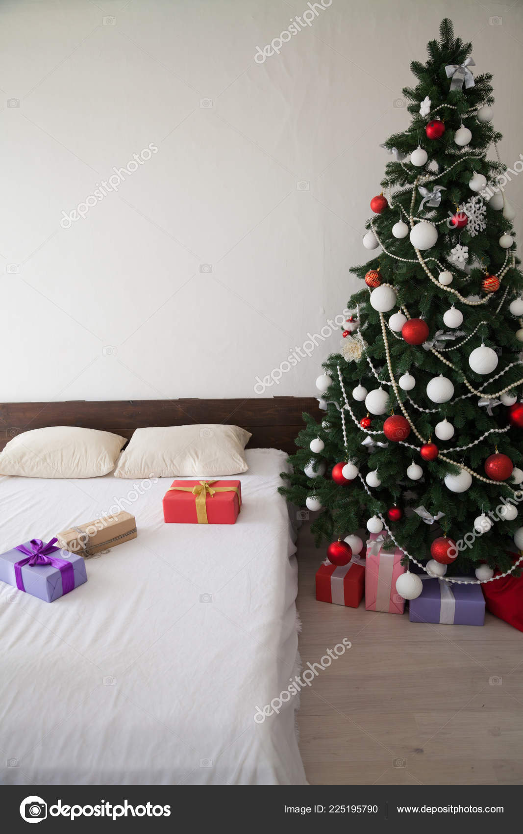 Christmas new year tree Interior bedroom and bed with gifts — Stock ...