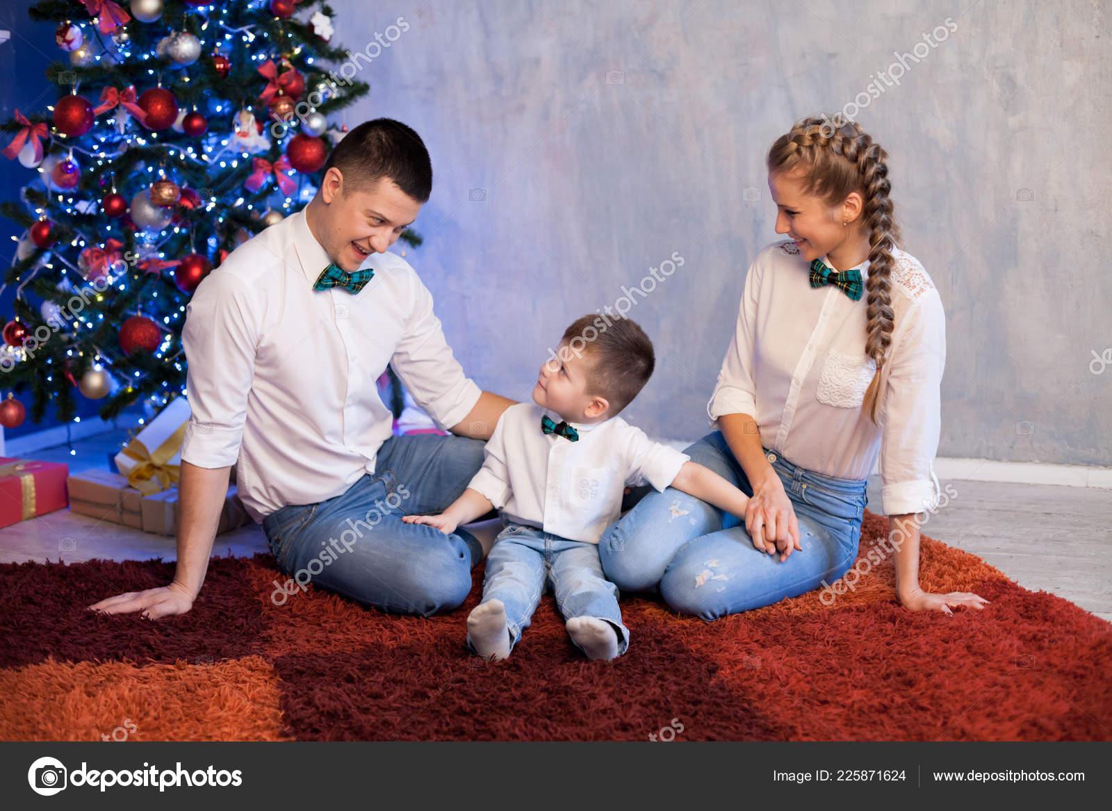 Regali Di Natale Per Il Papa.Mamma Papa E Piccolo Figlio Natale Capodanno E Regali Di Natale