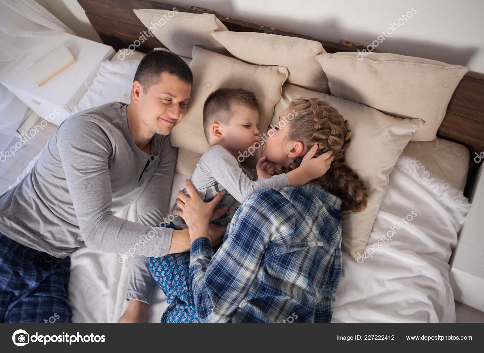 Секс мамы с сыном в спальне, Реальное русское онлайн видео секса матери с сыном 23 фотография
