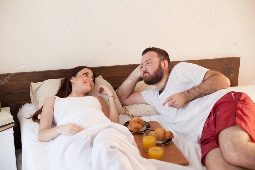 муж и жена в постели подглядывание любят