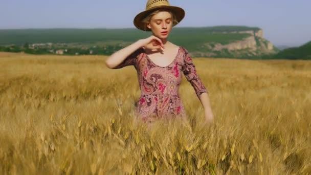 Módní žena zemědělce v oblasti pšeničné sklizně žita