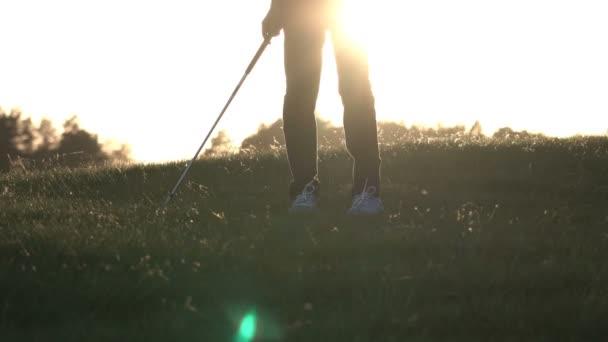 Profesionální golfista hraje golfové hřiště