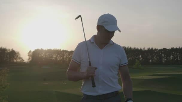 Mužské golfista golf club hřiště.