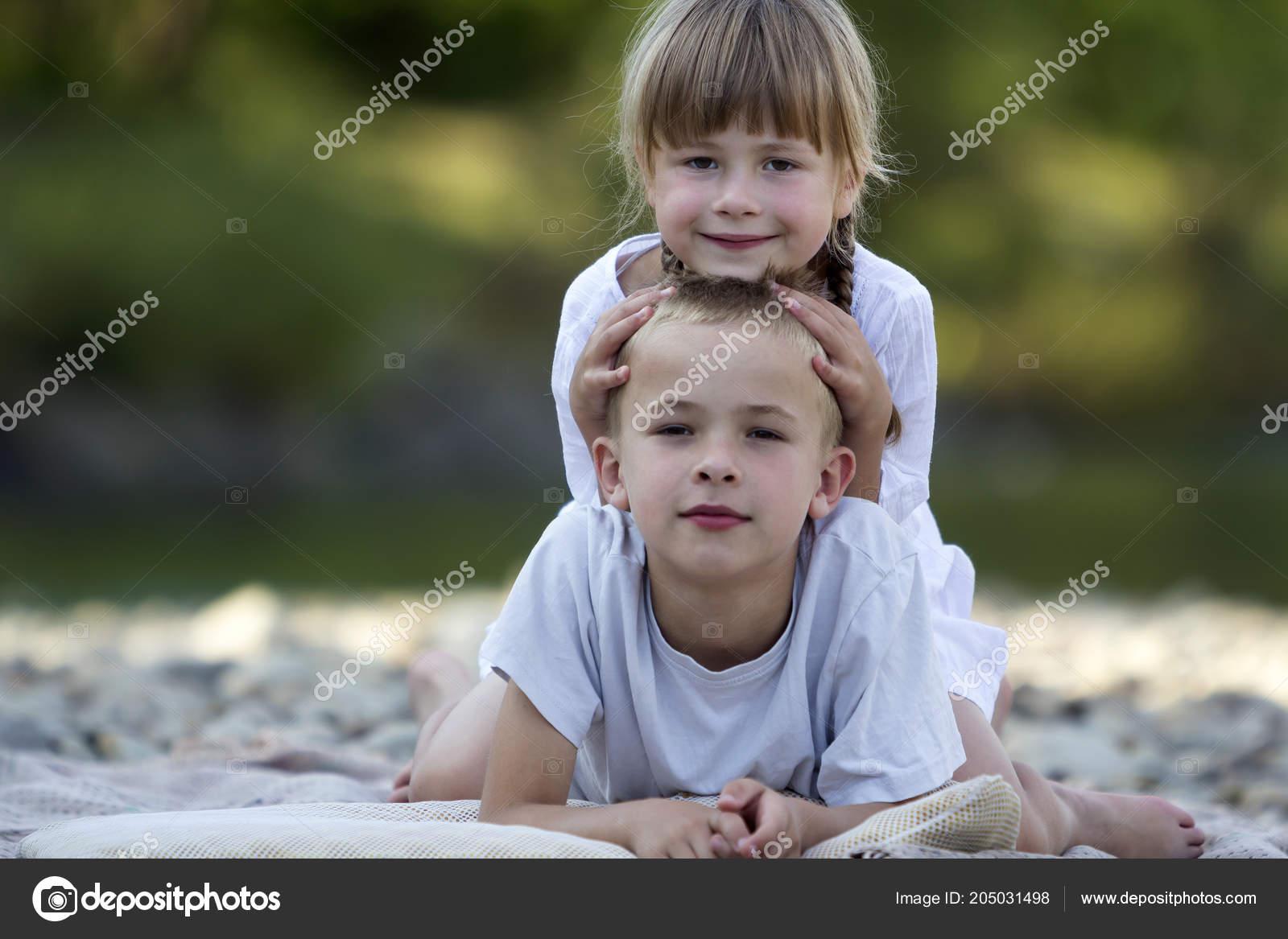 6949eb9361f Δύο Νέοι Ευτυχισμένη Χαριτωμένο Ξανθό Χαμογελαστά Παιδιά Αγόρι Και ...