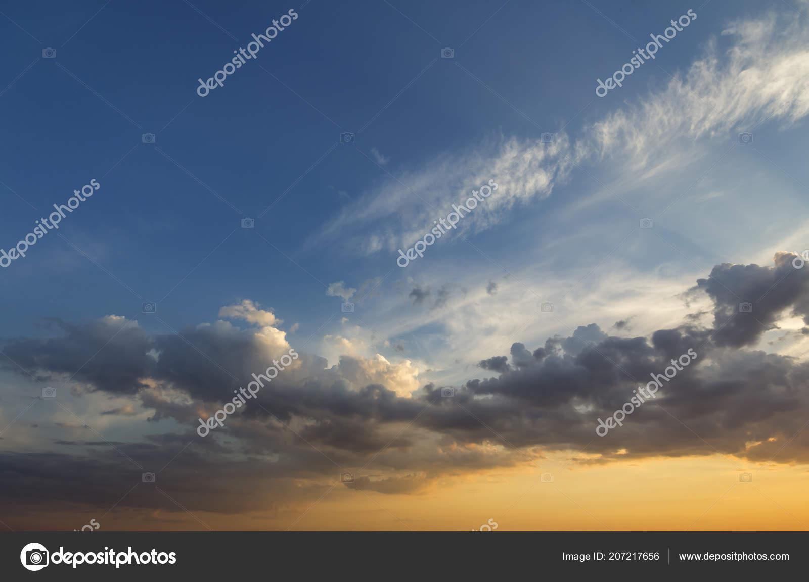 295b66d103 Panorama du ciel au lever ou coucher du soleil. Belle vue sur les nuages  bleus sombres éclairée par le soleil jaune orange brillant sur le ciel  clair.