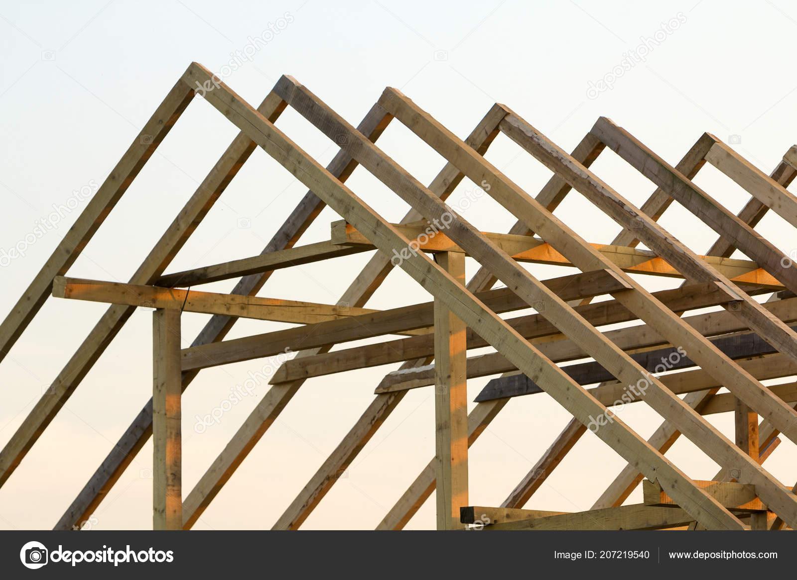 Nahaufnahme Detail Des Neuen Dachboden Holzdach Rahmen Gegen Klarer ...