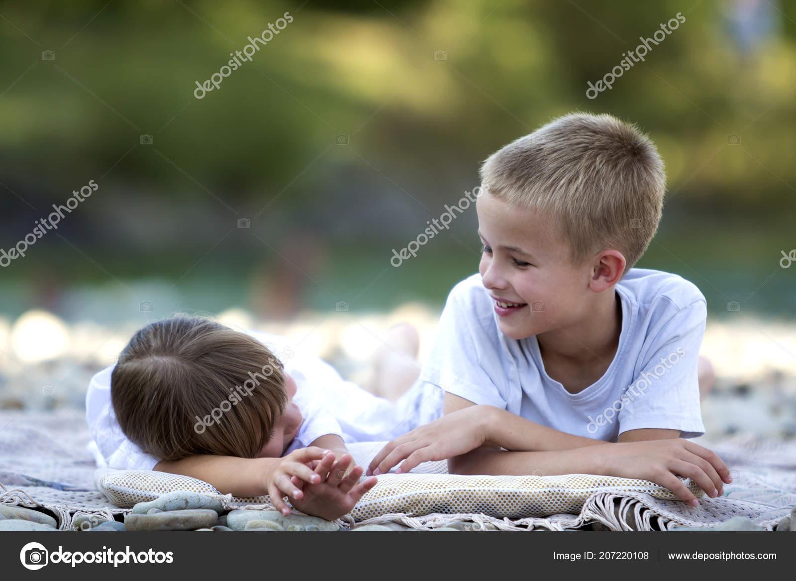 b24d048baa8 Δύο Νέοι Ευτυχισμένη Χαριτωμένο Ξανθιά Γέλιο Παιδιά Αγόρι Και ...