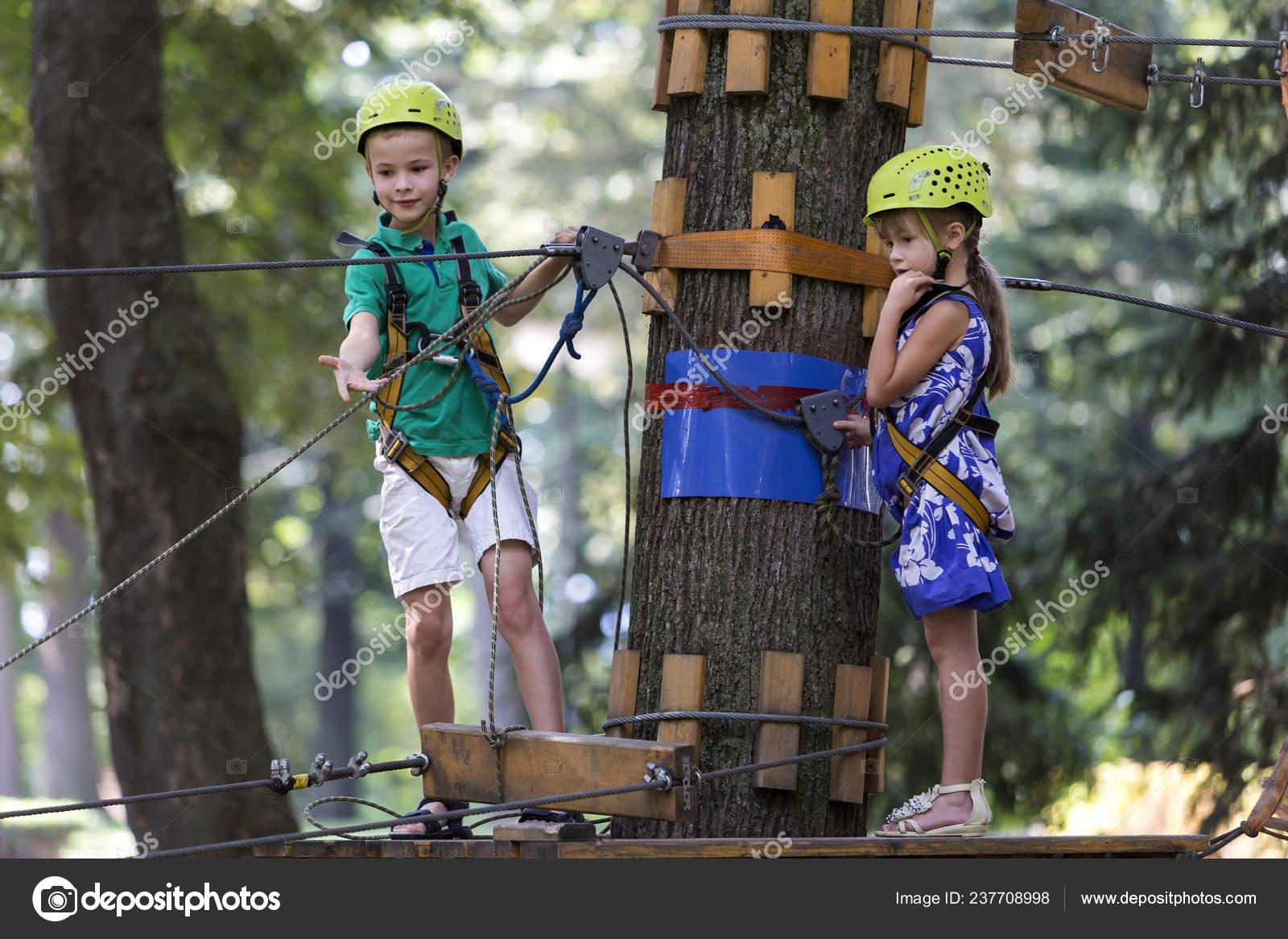 Klettergurt Mädchen : Zwei niedliche glückliche junge kinder jungen und mädchen