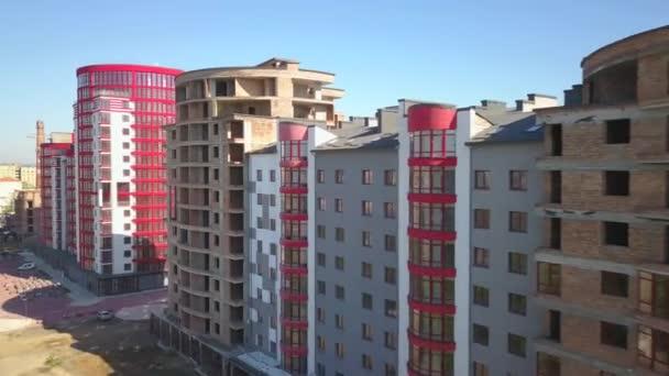 Letecký pohled na nové obytné budovy ve městě.