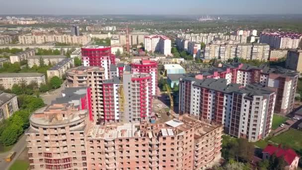 Letecký pohled na nové bytové domy ve výstavbě ve městě.
