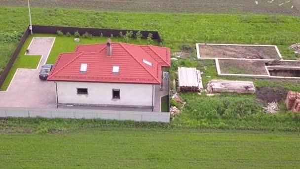 Letecký pohled na soukromý dům a dvůr s plotem kolem.
