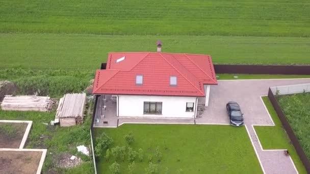 Luftaufnahme eines Privathauses und eines Hofes mit Zaun.