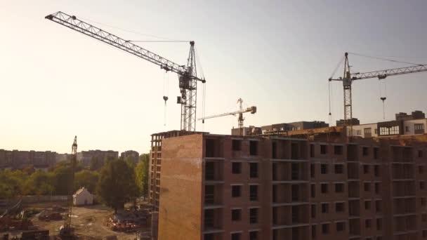Letecký pohled na vysoké bytové domy ve výstavbě.