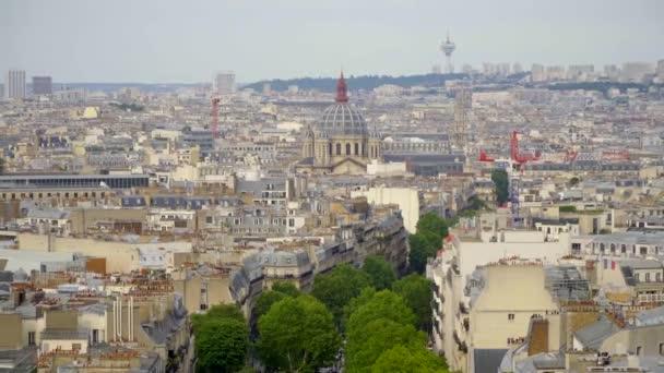 Paříž, Francie, červen 2018: Paříž město centrum Panorama. Pohled od Arc de Triomphe, letní scéna v létě s modrou oblohou